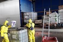 Mladoboleslavští hasiči likvidovali únik kyseliny dusičné.