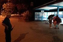 Trojice opilců v Jičínské uklízí způsobený nepořádek pod dohledem městské policie