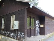 Dřevěnou budovu na okraji zchátralého dopravního hřiště využívá místní Liga lesní moudrosti.
