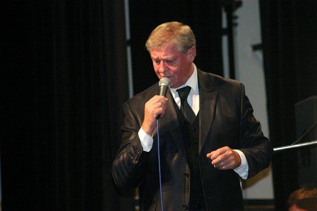 V mladoboleslavském Domě kultury se představil jazzový zpěvák Laďa Kerndl.