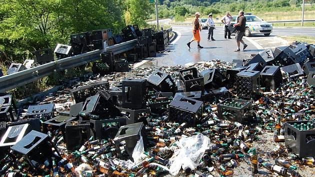 Z kamionu se v zatáčce vysypala piva.