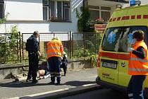 Poraněný muž skončil v nemocnici. Tam napadl personál.