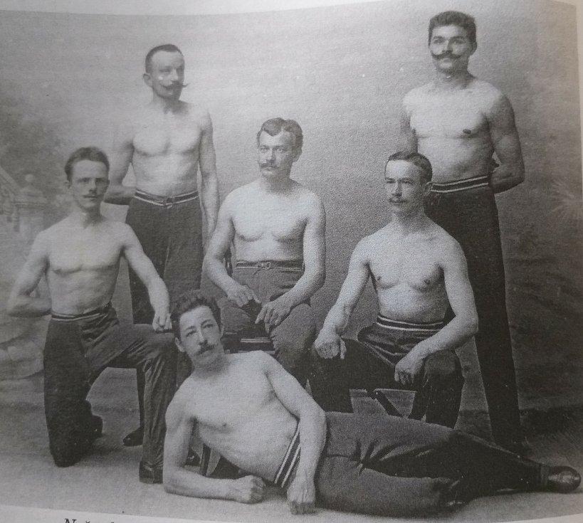 Družstvo boleslavského Sokola, které v roce 1903 přivezlo první ceny. Bílek, Dynbyl, Kysela, Kvaizar, Pechr a Čepelák.