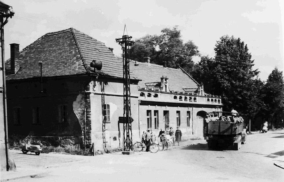 Rohový dům, který ustoupil v roce 1972 nově vybudované prodejně Pramen. Nyní je na místě prodejna Jist.
