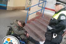 Jednu výhodu podnapilý vozíčkář má - pořád sedí na svém místě.
