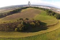 Šipka označuje místo na Chlumu, kde stával a nyní leží katův kříž.