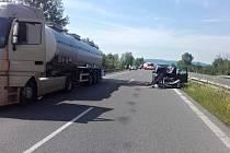 Na dálnici D10 narazil řidič osobního auta do cisterny se žíravinou.