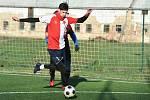 """Na malém fotbalovém hřišti na """"umělce"""" v Řepově poslední den v roce proběhlo Silvestrovské fotbalové derby mezi příznivci Slávie a Sparty."""