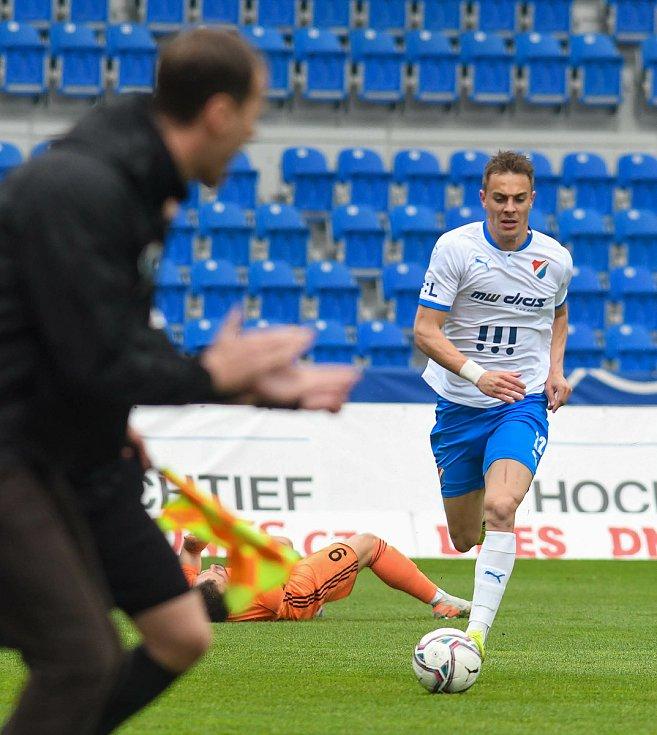 Fotbalisté Baníku Ostrava (v modro-bílém) v duelu 28. kola FORTUNA:LIGY s Mladou Boleslaví (2:1). Trenér Ondřej Smetana a záložník Filip Kaloč.