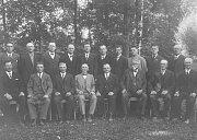 Představenstvo a stavitelé Záložny v Loukově roku 1936. Zleva stojí Fr. Kroupa, Picek, J. Žďárský, Riešgr, Koťátko, Brož, A. Bičík, Hons, Picek, Jan Vávra. Zleva sedí Žďárský, Kroupa, Bičík, Koťátko, Jan Šonský, Kobosil, Josef Bičík, Kapras.