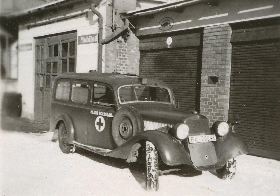 Nemocniční sanitka před garáží, 1946