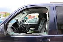 Kdo vykradl auto u hobby marketu? Policie hledá svědky