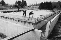 Betonování velkého bazénu v areálu kosmonoského koupaliště.