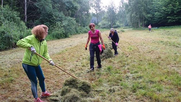 Ochránci spolu s dobrovolníky pomáhají v záchraně cenných druhů rostlin.