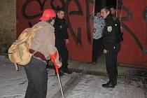 Městští strážníci doprovází bezdomovce do vyhřívaného stanu