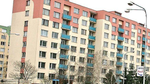 V tomto domě v Mladé Boleslavi bydlel vrah zdravotní sestřičky Jitky Křemenové (foto ve výřezu). Oba milenci od sebe bydleli jen několik stovek metrů.  Oba již nežijí