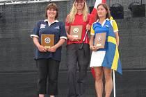 Libichovská závodnice Věra Majerová (vlevo) si na evropském šampionátu v lukostřelbě vystřílela stříbro