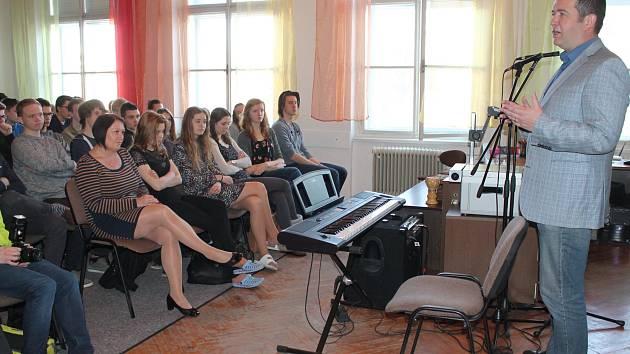 JAN HAMÁČEK, předseda Poslanecké sněmovny, včera dopoledne navštívil studenty Gymnázia Palackého v Mladé Boleslavi.