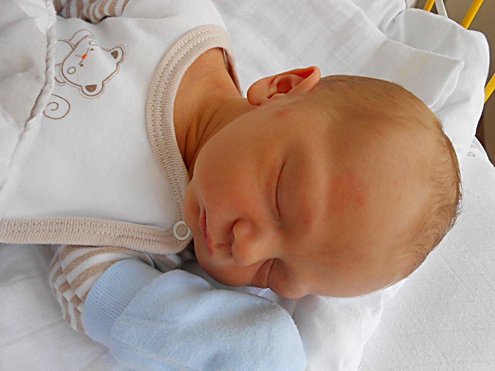 Adam Knížek se narodil 28. dubna, vážil 3,27 kg a měřil 50 cm. S maminkou Kamilou a tatínkem Jiřím bude bydlet v Mnichově Hradišti.