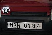 Petr Hrdlička, automobilový konstruktér a především duchovní otec Škody Favorit, převzal v pondělí odpoledne z rukou předsedy poslanecké sněmovny Jana Hamáčka pamětní medaili.