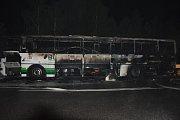 V sobotu kolem deváté hodiny večer vzplanul autobus na D10 u Mnichova Hradiště