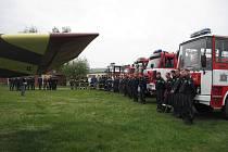 Hašení z letadla cvičili hasiči na Mladoboleslavském letišti