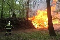 Požár v lese nedaleko Jemníků