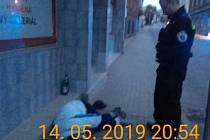 Opilec si ustlal na ulici