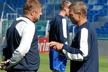 Trenér Ščasný (vpravo) spolu s aistentem Čuhelem si oddechli. Šňůra remíz na domácí půdě skončila.