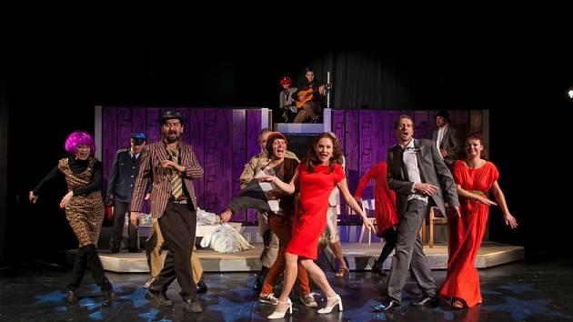 Městské divadlo Mladá Boleslav nasadilo na konec roku 2013 crazy komedii Pane, vy jste vdova.