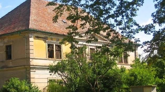 Dobrovická fara stojí v sousedství kostela sv. Bartoloměje.