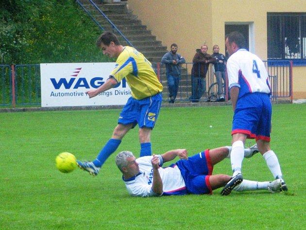 Neratovický Máca  (vlevo) si sice položil hrajícího trenéra Bělé Miloše Jirdáska na trávník, ale jeho průnik  ke gólu nevedl. Akci přihlíží Jaroslav Kuhnel