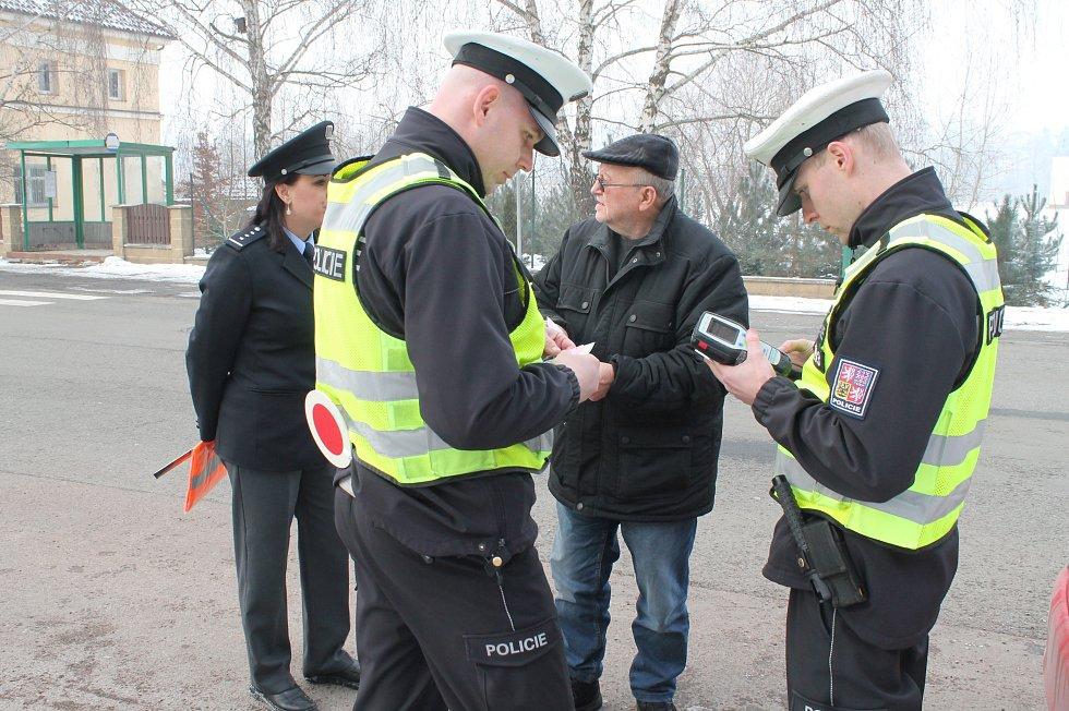 Policisté kontrolovali vozidla v ulici Pražská v Benátkách nad Jizerou