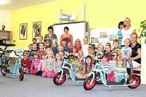 Děti v bělské mateřince dostaly od policistů tucet koloběžek
