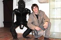 PETR VANĚK se svým Vetřelcem, kterého si nyní můžete prohlédnout v Galerii Templ v Mladé Boleslavi.