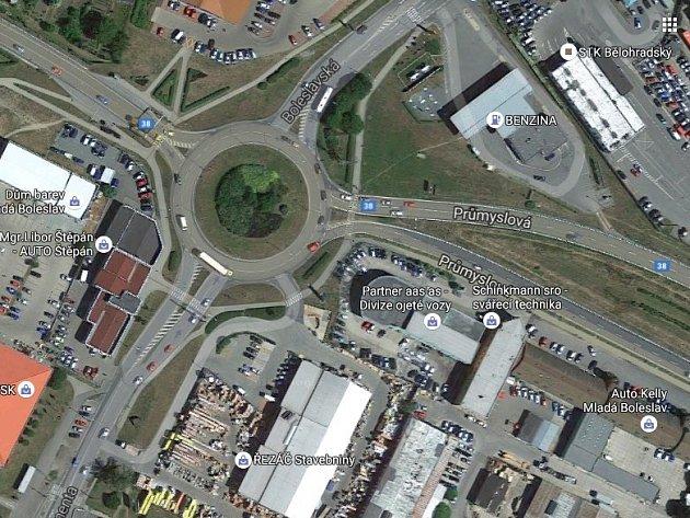 Kruhová křižovatka patří mezi nejvytíženější místa v zemi