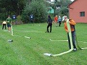 Poslední trénink v Petkovech před sobotním závodem Mladoboleslavského poháru v požárním sportu. Pečlivě se připravují i redaktoři Boleslavského deníku.