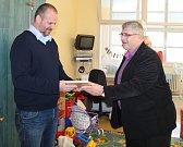 Daniel Porazil, autor čtyř knih, zakoupil dětskému oddělení Klaudiánovy nemocnice infuzní pumpu, lineární dávkovač, dva DVD přehrávače a televizi.