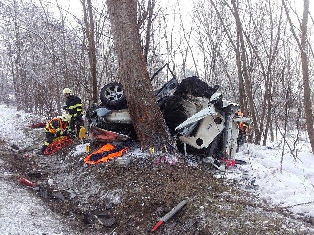 Smrtelná nehoda uzavřela dálnici D10, auto narazilo do stromu a shořelo