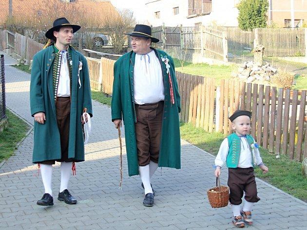 Členové folklorního souboru Furiant na koledě