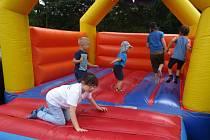 NA SLAVNOSTECH nechyběl ani skákací hrad pro děti. Užily si ho všechny