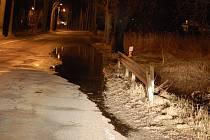 Voda se v sobotu večer pomalu dostávala na silnici u Bakova nad Jizerou.