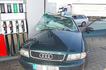 K vážné nehodě audi došlo u čerpací stanice na silnici R10.