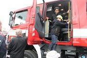 VELKÝ PÁTEK v Kněžmostě byl nejen dnem přípravy na Velikonoce, ale také slavnostním okamžikem pro zdejší sbor dobrovolných hasičů. V garáži hasičské zbrojnice totiž parkují dva zbrusu nové vozy, s nimiž budou zachraňovat lidské životy a majetek.