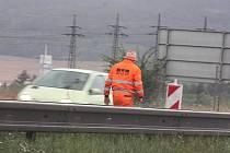 Místo, kde se velká kaluž vytvořila po několika desítkách minut označili silničáři, aby nedošlo k další nehodě.