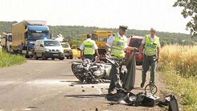 Policisté vyšetřují tragickou nehodu motocyklisty u Vlkavy.