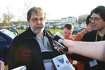 PŘEDSEDA odborů KOVO ve Škodě Auto Jaroslav Povšík odpovídá na dotazy novinářů.