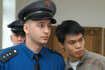 Jako vraha odvedla ostraha Vu Manh Hung od Krajského soudu v Praze. Naopak jeho kamarád Khuat Long Truong byl osvobozen.