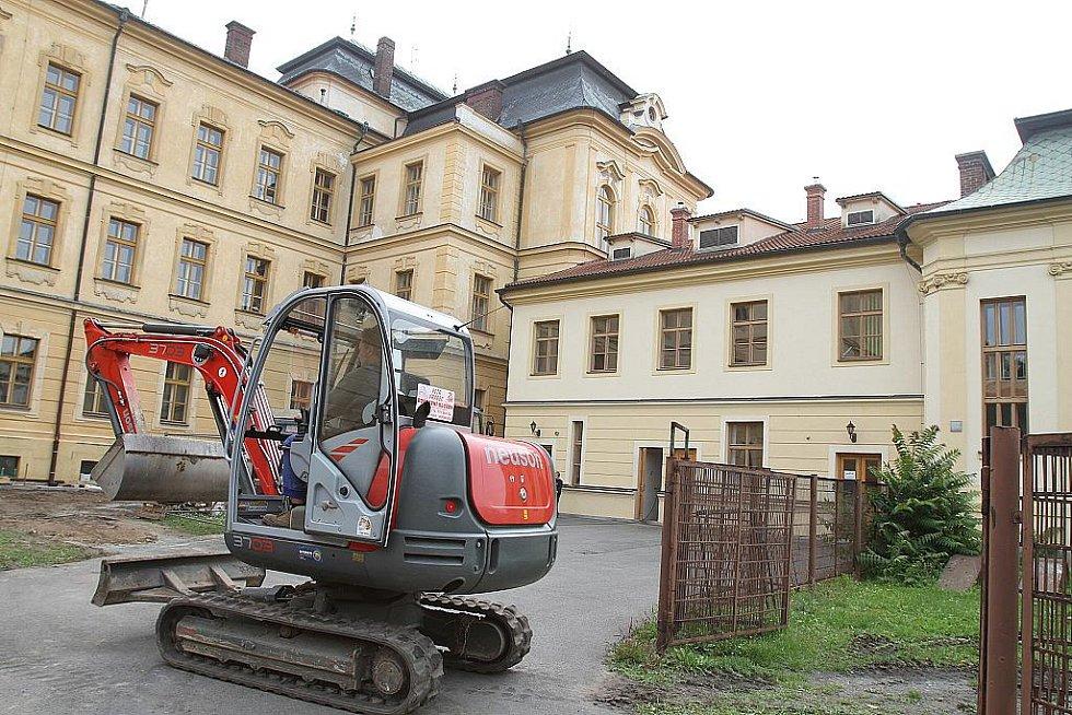 Zahájení stavby sportoviště u gymnázia a průmyslovky, které staví Středočeský kraj, tedy ČSSD.