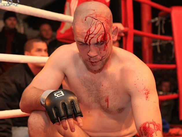 V ultimátních zápasech není o krev nouze.
